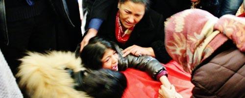 La fille de Chokri Belaid en pleurs à l'arrivée de la dépouille