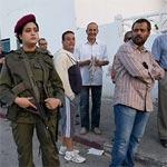 En photo : La femme fierté de la Tunisie devant une file d'hommes