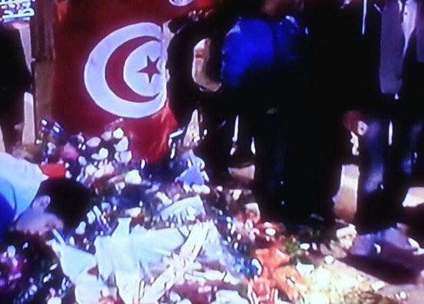 Des Tunisiens déposent des fleurs et allument des bougies sur le lieu de l'attentat à Mohamed V