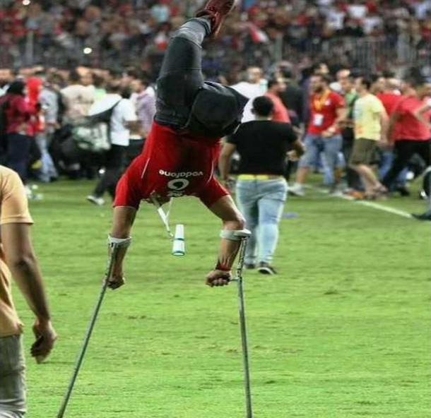 الفيفا تحتفي بصورة شاب من ذوي الاحتياجات الخاصة يطير في الهواء مستندا إلى عكازيه فرحا