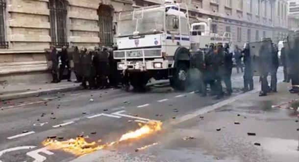 Projectiles et gaz lacrymogènes pendant une manifestation à Paris