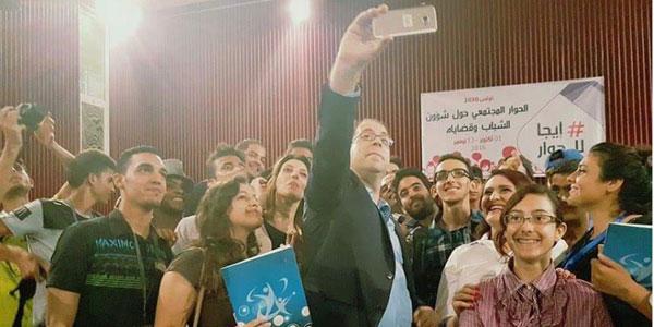 Viens au dialogue : Bain de foule pour Youssef Chahed et un selfie avec des jeunes
