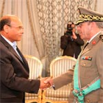 Photo du jour : Moncef Marzouki décore Rachid Ammar des insignes de Grand officier