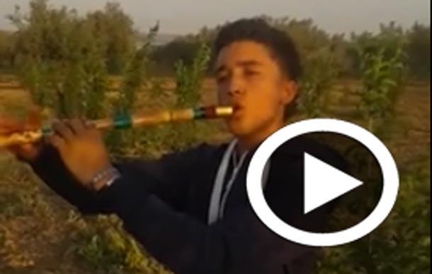En vidéo : Avec une Gasba ''flûte'', il joue l'hymne national tunisien et crée le buzz