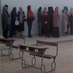 حي الغزالة: غلق الطريق بطاولات التدريس أمام مدرسة الفارابي لمنع وقوف السيارات