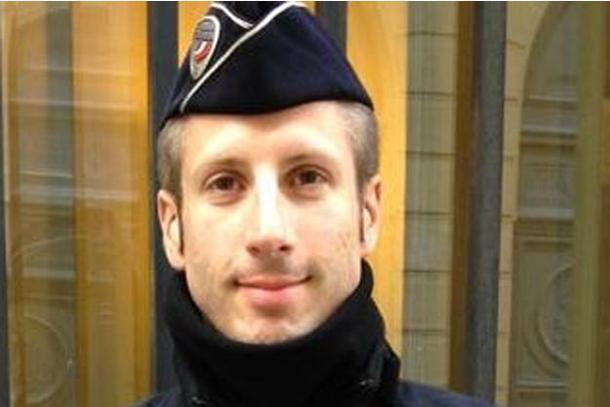 La France rend hommage ce mardi au policier tué sur les Champs-Elysées
