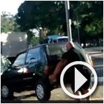 En vidéo : En colère, un cycliste brésilien dégage une voiture à mains nues