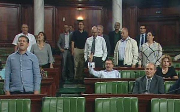 بالفيديو: فوضى واحتجاج على قانون المصالحة: ''فلا عاش في تونس من خانها'' تصدح تحت قبة البرلمان