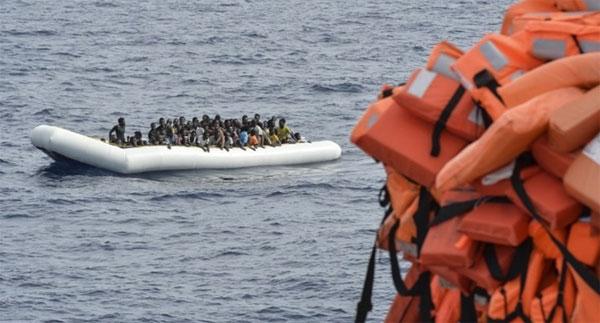 فقدان 100 مهاجر بعد غرق قاربهم قبالة السواحل الليبية