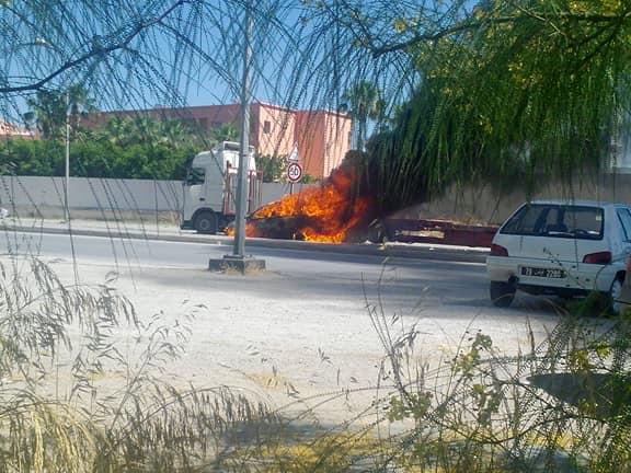 بالصّور، سيارة تحترق وسط الطّريق العام بشارع محمّد الخامس