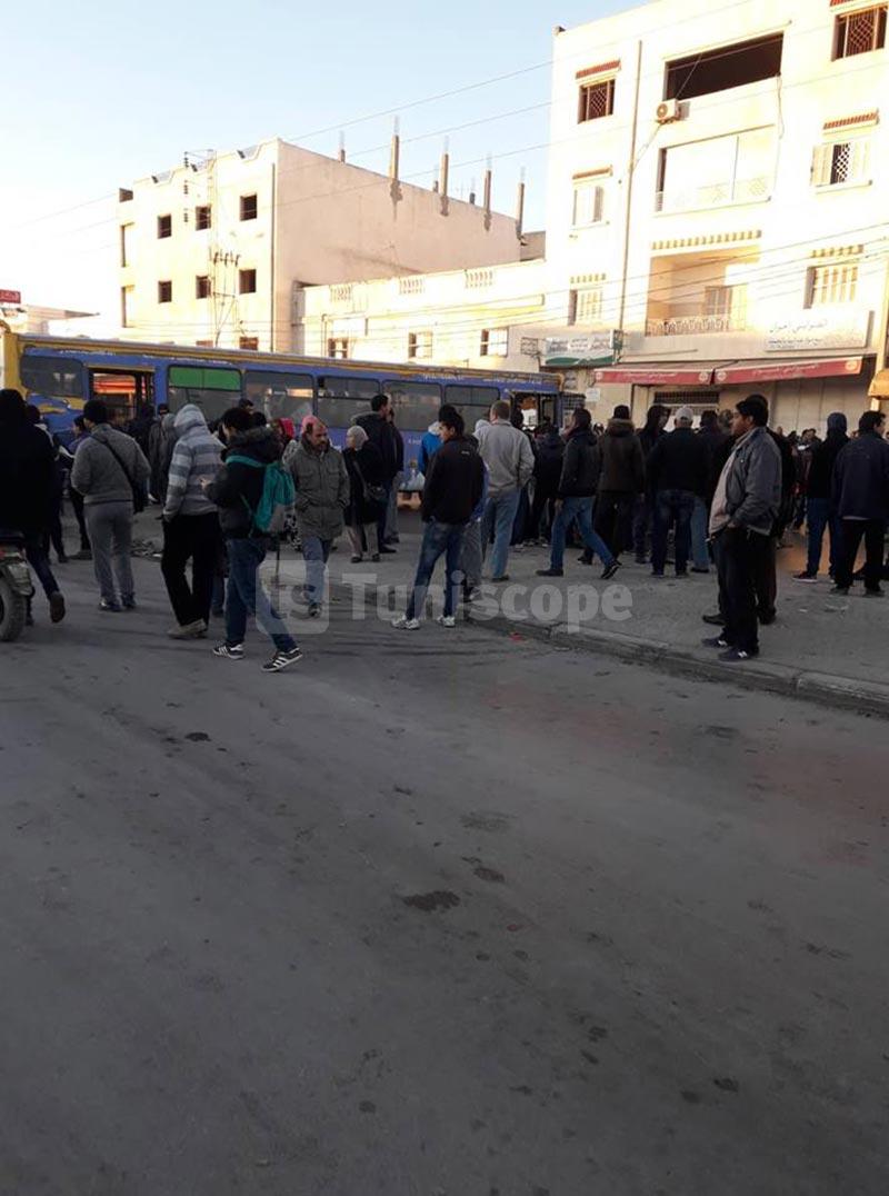 حي الانطلاقة: المواطنون يغلقون الطريق احتجاجا على غياب وسائل النقل ..صور