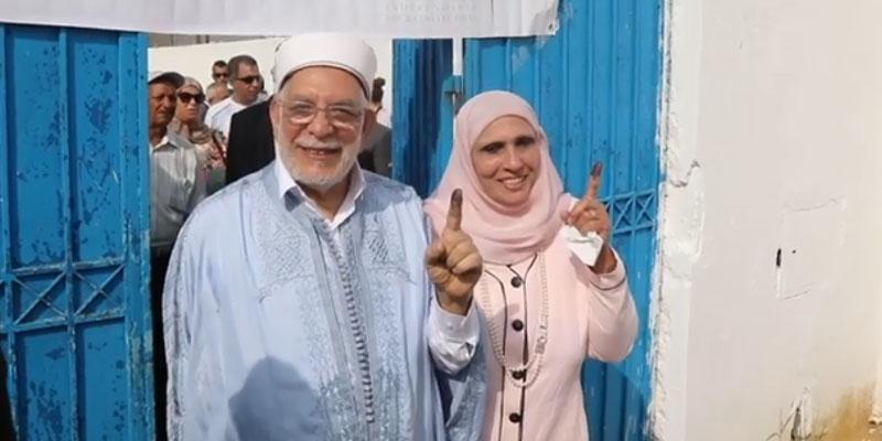 En photos : Abdelfattah Mourou et son épouse votent à la Marsa