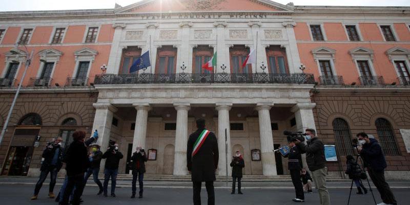 إيطاليا: دقيقة صمت وتنكيس الأعلام حدادا على ضحايا كورونا
