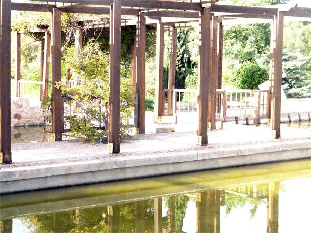 En photos vol des poutres en bois du jardin japonais de for Jardin japonais tunis