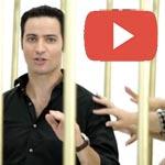 En vidéo : Un jeune Tunisien enfermé dans une cage à l'avenue Habib Bourguiba