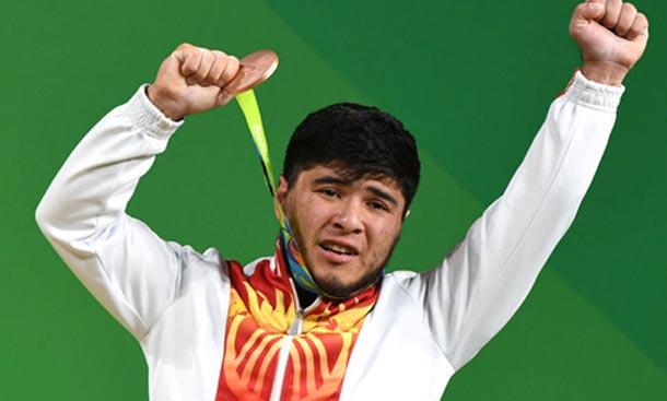 L'haltérophile Artykov accuse son concurrent français de l'avoir dopé