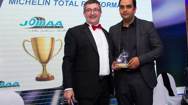 Michelin honore Zied Jomaa, Président de Jomaa SA, avec le Trophée Michelin Total Performance