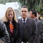 Accompagné de son épouse, Mehdi Jomaa fait la queue devant le bureau de vote à Carthage-Amilcar