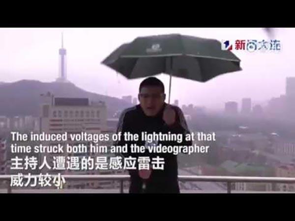 بالفيديو: لحظة تعرض صحفي صيني إلى ضربة برق