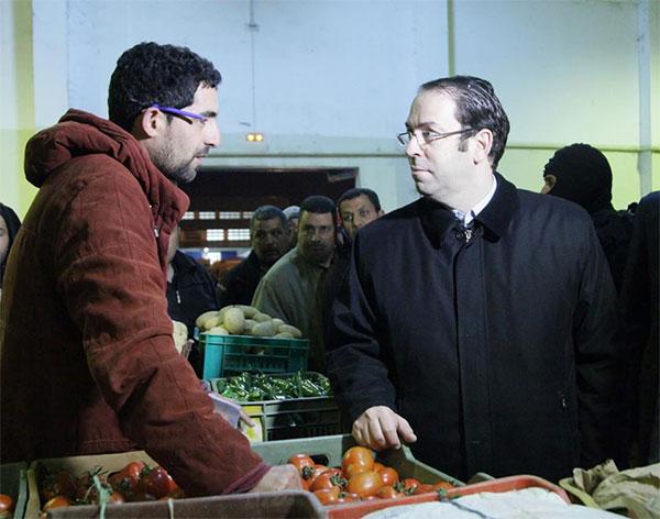 بالصّور :زيارة يوسف الشاهد  فجر اليوم إلى سوق الجملة ببئر القصعة
