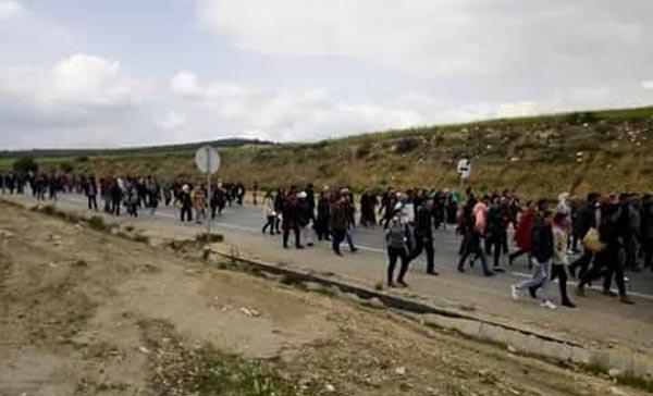 مشيا على الأقدام : أهالي الكاف وعمال معمل الكوابل في مسيرة نحو العاصمة