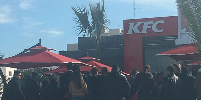 Photo du jour : Les files d'attente s'allongent devant KFC