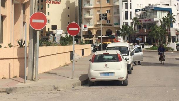 Photo du jour : Deux panneaux de ''sens interdit'' pour la même chaussée