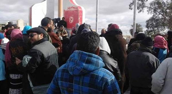 القيروان :مسيرة حاشدة بحاجب العيون و غلق الطريق الرئيسية