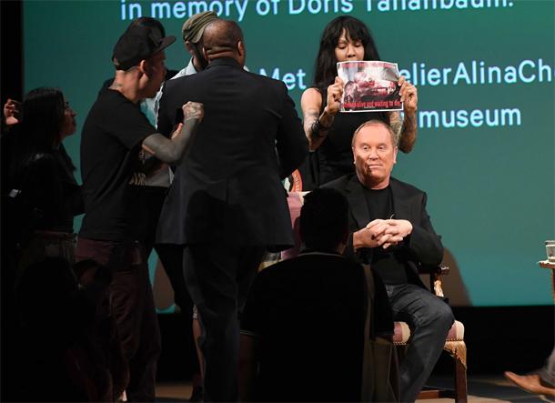 En photos : Des militants anti-fourrure perturbent une conférence avec le styliste Michael Kors