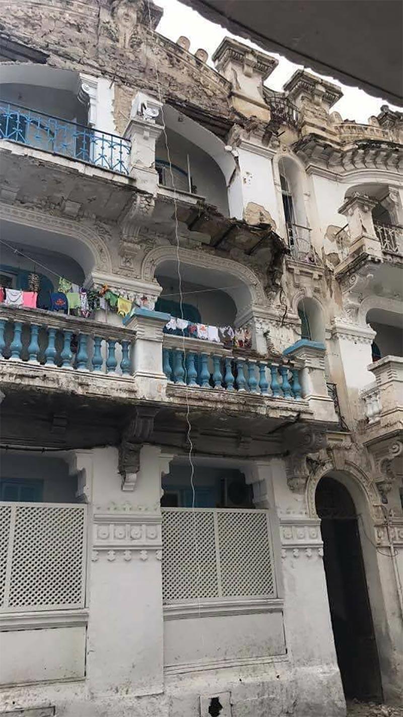 بالصور: سقوط شرفتي عمارة بباب الخضراء