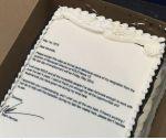 Il écrit sa lettre de démission sur un gâteau