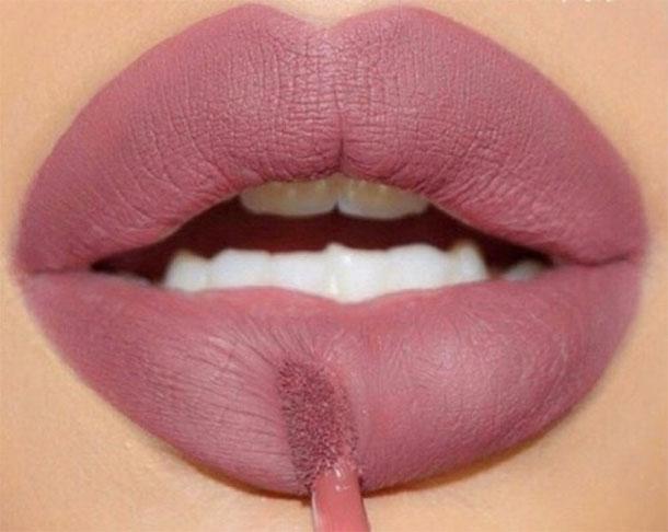 On a testé 4 rouges à lèvres liquides au fini mat ''longue tenue'' et ''pas chers'' …