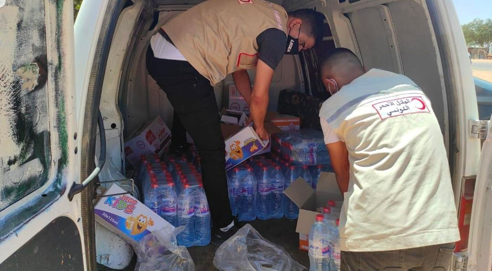 الهلال الأحمر التونسي يقف مع الليبيين الذين لم يتمكنوا من العودة الى ليبيا