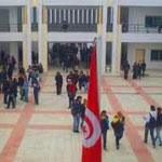 Des professeurs assiégés par leurs élèves dans une salle au collège d'el-Ghazala