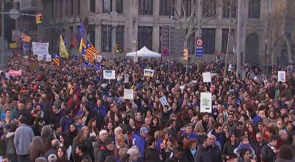 برشلونة تشهد أكبر تظاهرة بأوروبا دعما للاجئين