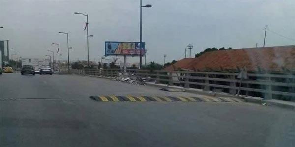 Photo du jour : Mise en place d'un demi-dos d'âne, sans panneaux au milieu d'un pont à Tunis