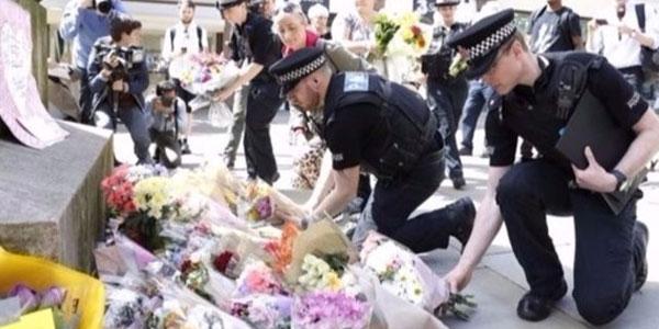 الآلاف ينضمون إلى مراسم لتأبين ضحايا الهجوم الانتحاري بمانشستر