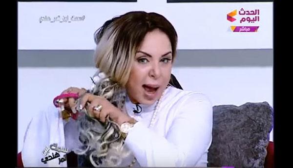En vidéo: découvrez pourquoi cette animatrice égyptienne se coupe les cheveux en direct à la télé