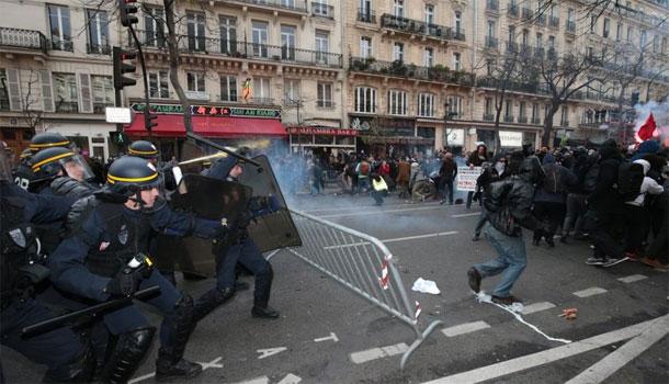 Violences entre manifestants et CRS, place de la République à Paris