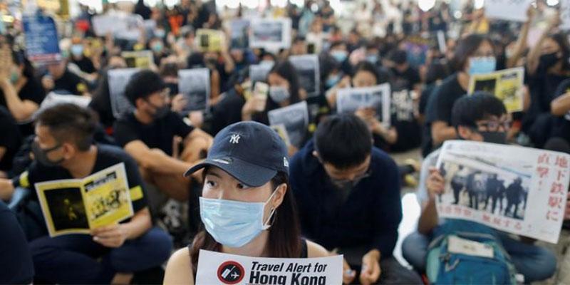 المحتجون يجتاحون مطار هونج كونج وشركات العقارات تدعو للهدوء