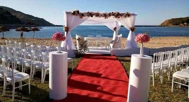 En photos : Un jeune couple célèbre son mariage sur la plage à Tabarka
