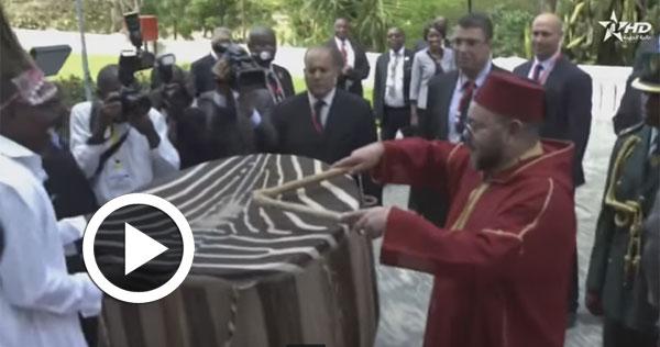بالفيديو: ملك المغرب يقرع الطبول في دولة أفريقية