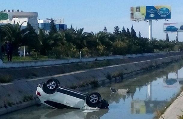 Photo du jour : Une voiture qui pique du nez dans un oued, sur la route nationale N°9