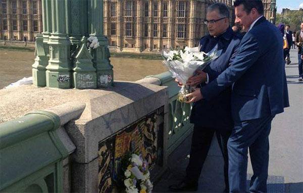 بالصّورة : محسن مرزوق يضع باقة ورد مكان الهجوم الإرهابي الاخير في لندن