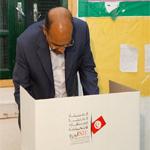 بالصور: المنصف المرزوقي يؤدي واجبه الانتخابي في سوسة