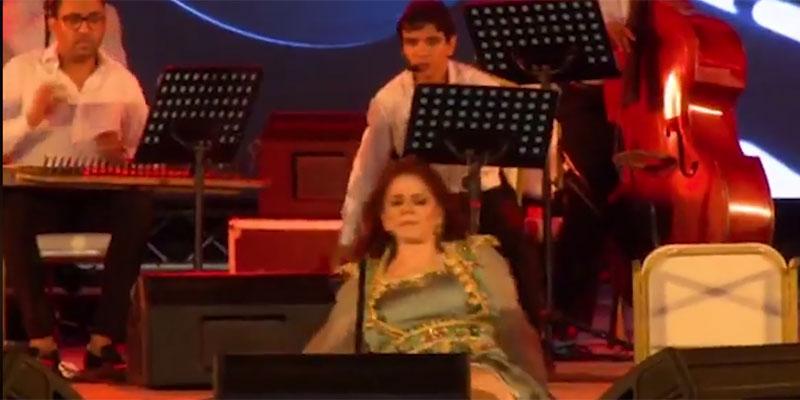 بالفيديو، ميادة الحناوي تفقد توازنها و تسقط على ركح مهرجان صفاقس الدولي