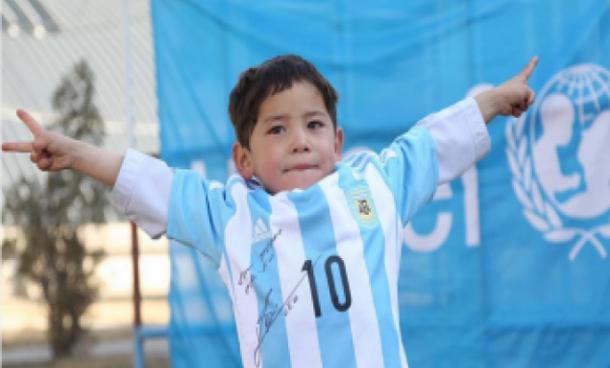 عائلة الطفل الأفغاني المعجب بـ'ميسي' تطلب اللجوء إلى إسبانيا