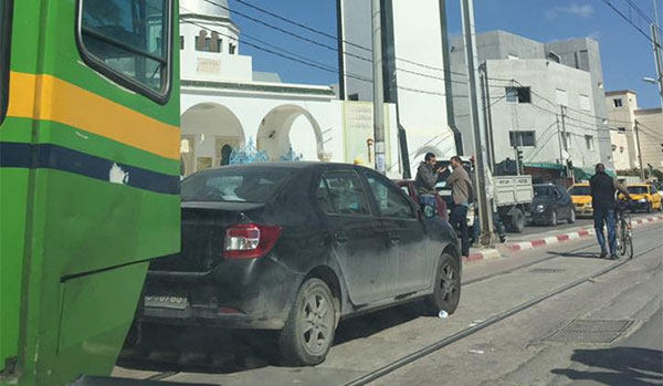 ليؤدّي صلاة الجمعة، مواطن يترك سيارته فوق سكة المترو و إمام الجامع يقوم بدور المُنادي