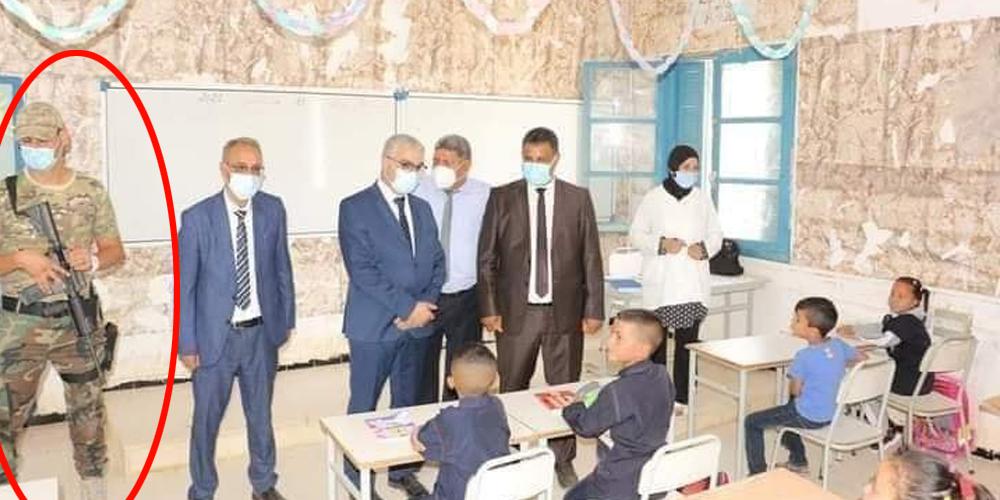وزير التربية يوضح بخصوص الجندي المسلح الذي رافقه إلى قاعة الدرس