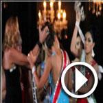 فيديو..وصيفة ملكة الجمال تشدها من شعرها وتنتزع منها التاج